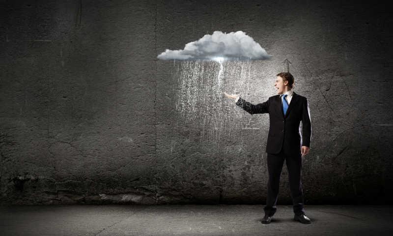 一只手在雨中的男人