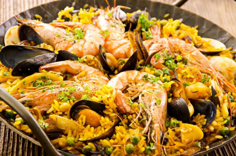 在炒锅里的西班牙海鲜饭