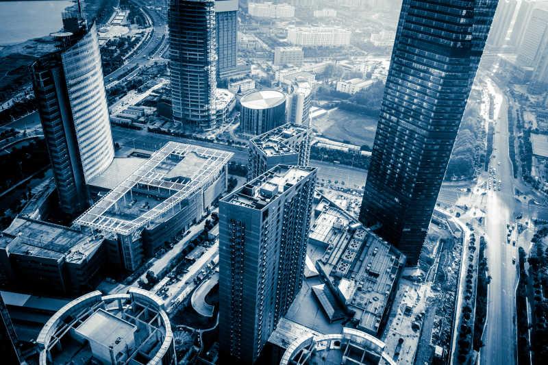 在城市上空俯视整座城市