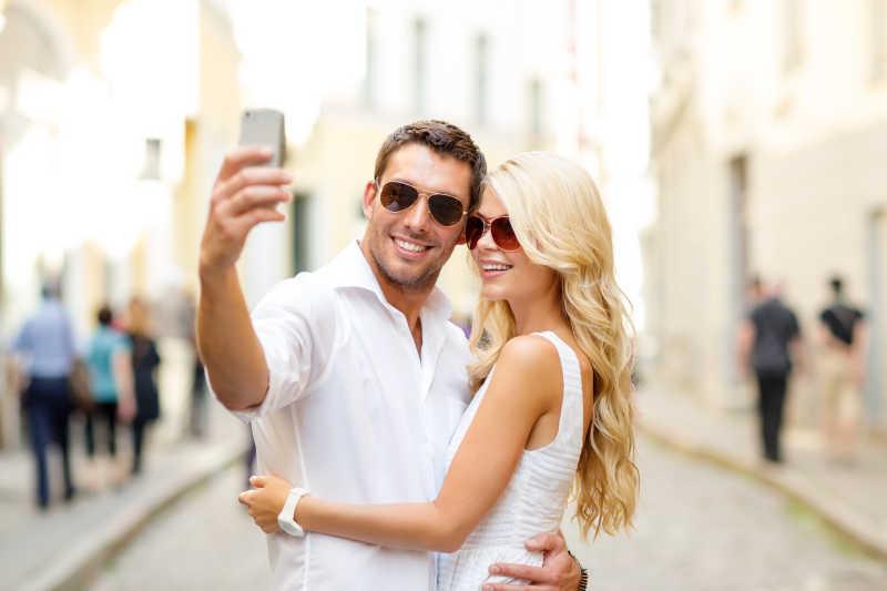 夫妻��d�9f�x�~j�>�X_街头拍照的青年夫妻