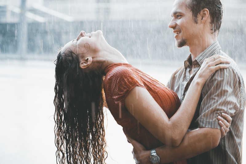在雨中淋雨的年轻情侣
