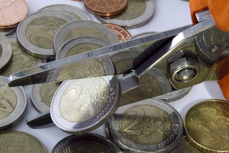 桌子上的欧元硬币