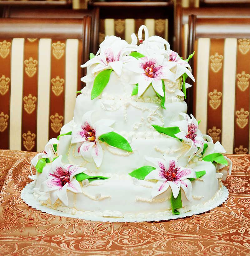 花装饰的婚礼蛋糕