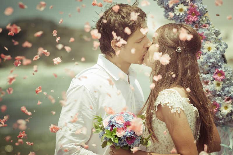 乌克兰新婚夫妇图片素材_在户外拍婚纱照的新郎新娘
