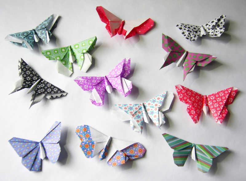 不同颜色的蝴蝶折纸