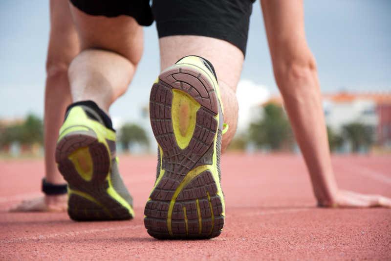 跑道上准备跑步的运动员