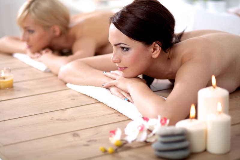 两个年轻的女人在水疗中心放松和享受
