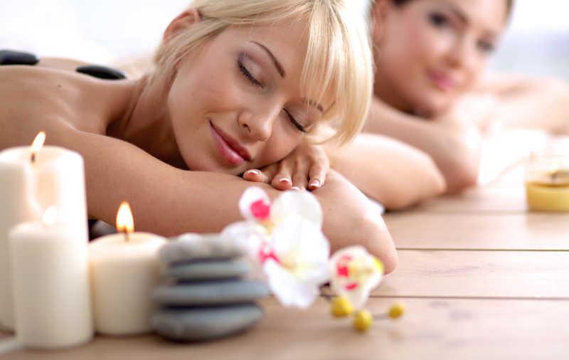 两个年轻的美女在水疗中心放松和享受