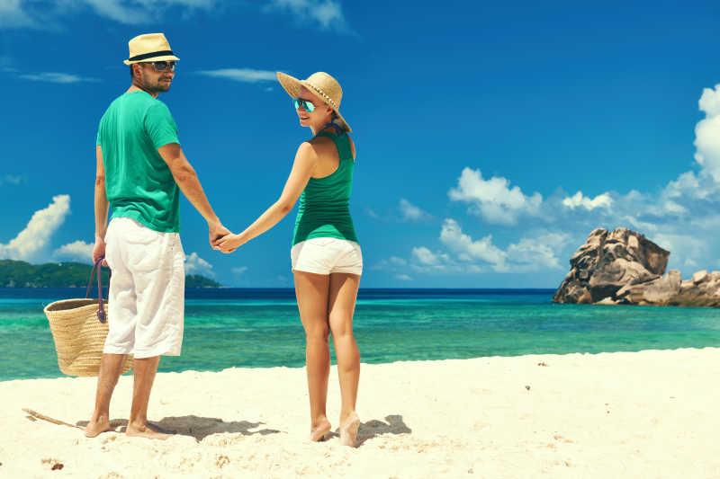 沙滩上的情侣
