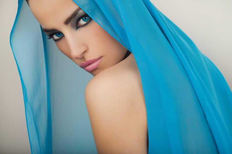 戴着蓝色纱巾的时尚美女