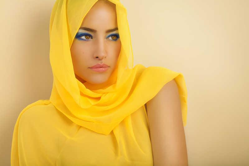 戴着黄色头巾的美女