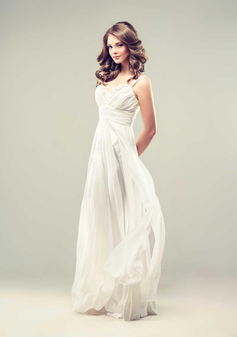 穿着白色婚纱的女模特