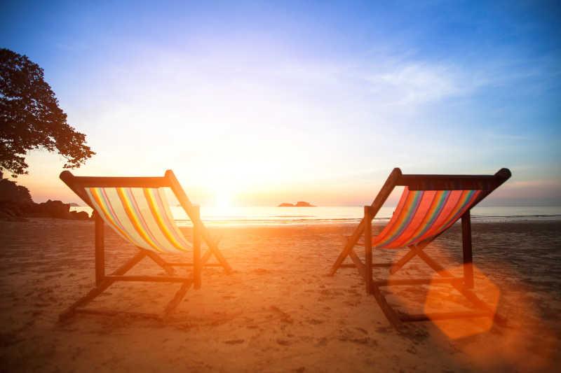 日落海滩上的休闲椅