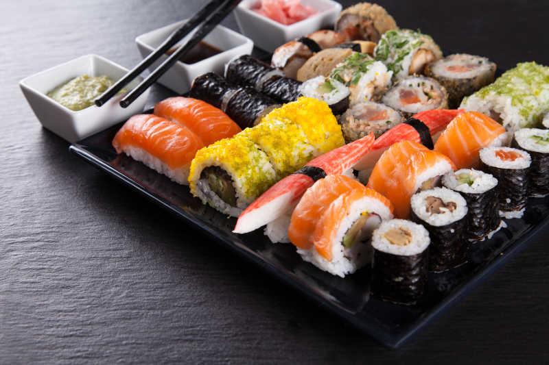 盘子里的日本海鲜寿司