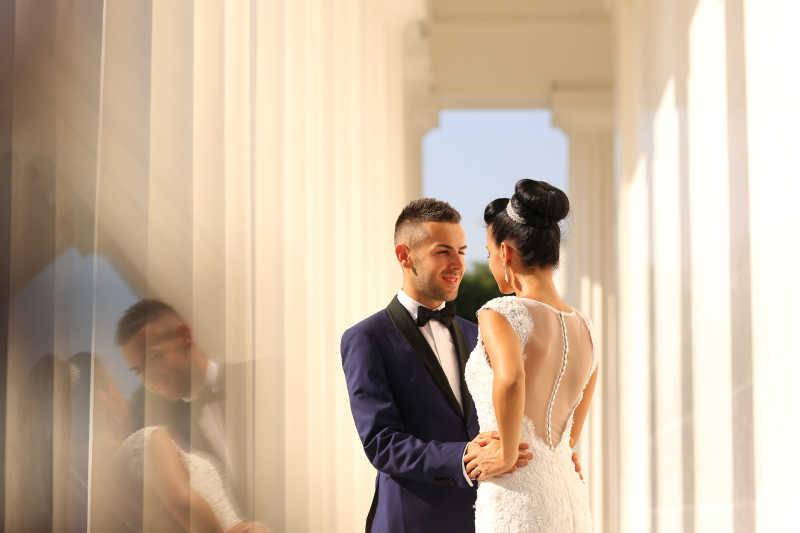 结婚的新婚夫妇图片素材_穿着婚纱的幸福新娘和新郎