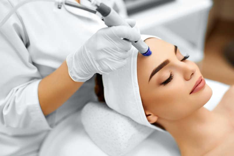 正在做面部皮肤测试护理的女人