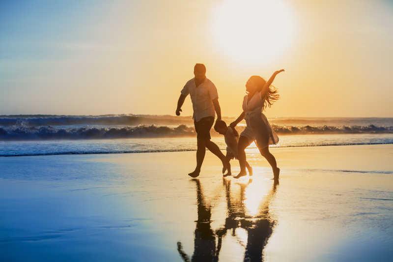 海边夕阳下快乐的一家