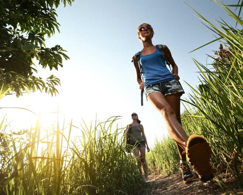 徒步旅行者在路上行走着