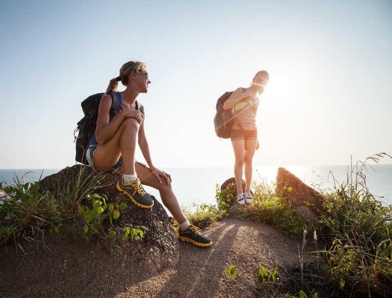 两个徒步旅行美女在交谈