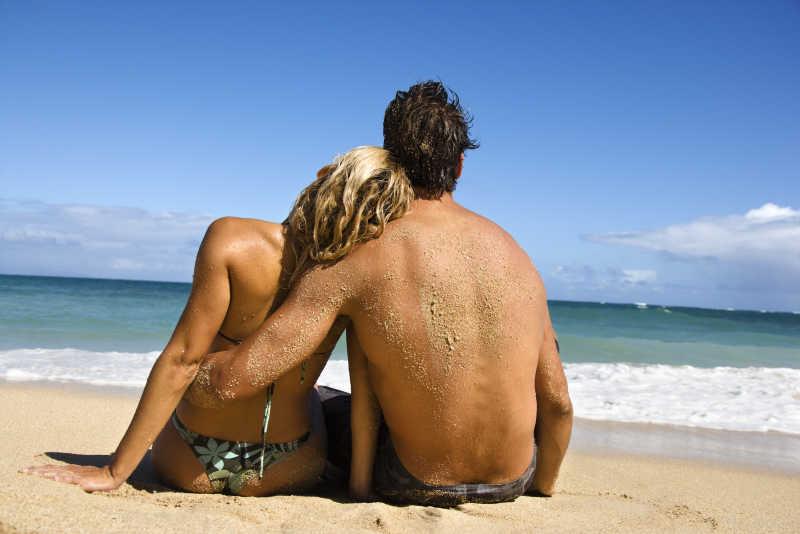 海滩上休息的年轻情侣