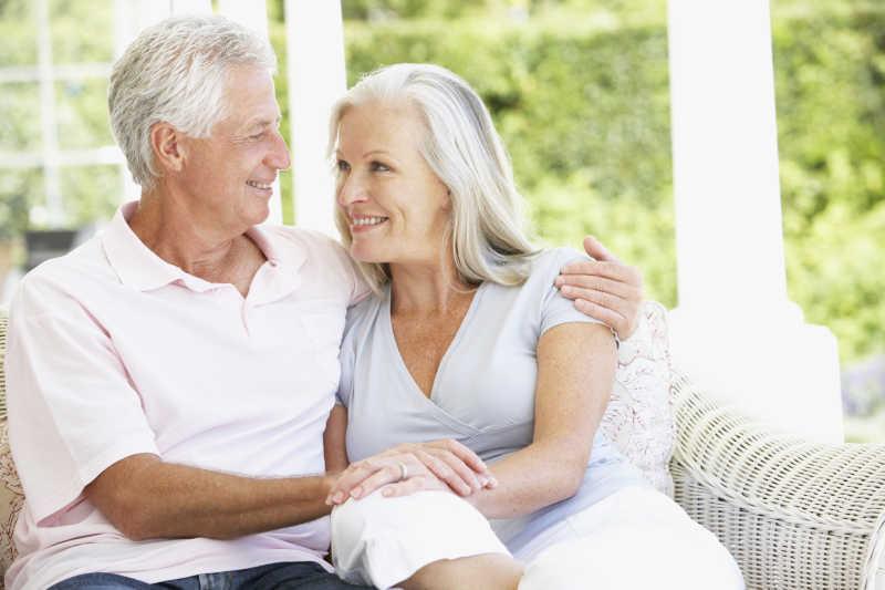 坐在沙发上的一对老夫妇
