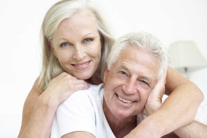 一对快乐的老夫妇写真