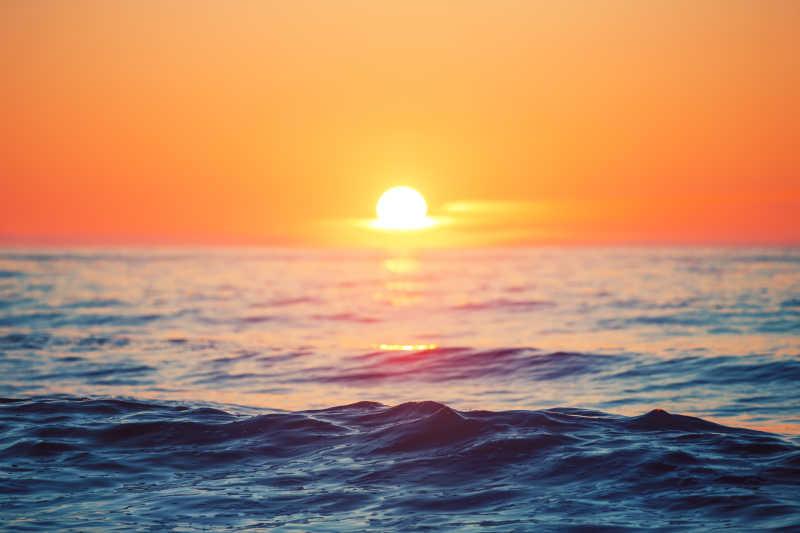 海平线上迷人的日出
