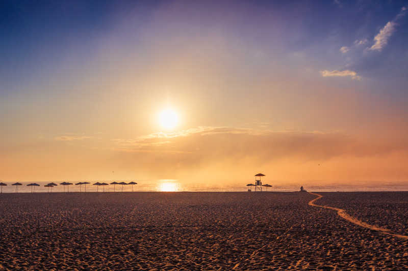 朝阳下空旷的热带沙滩