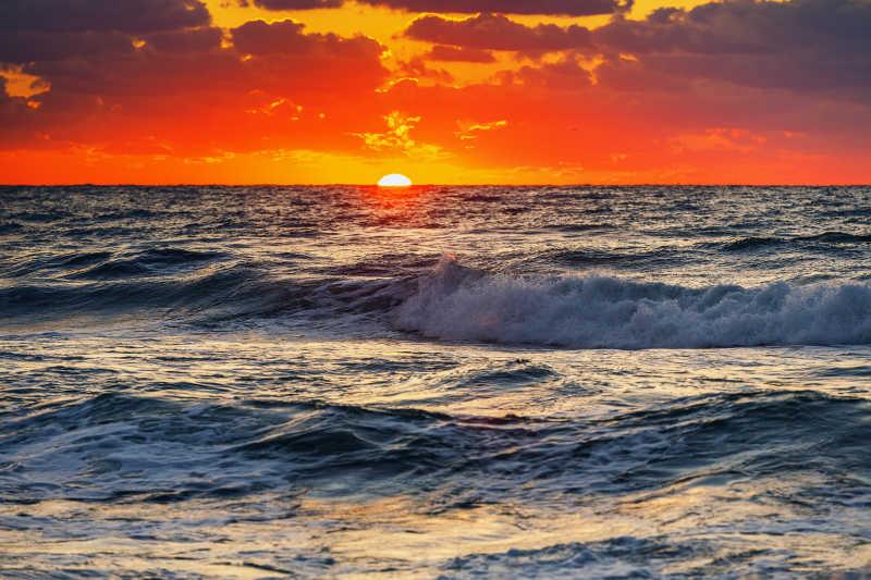 日出时的大海和美丽的红色天空