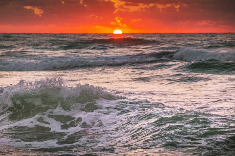 海平线上美丽的日出