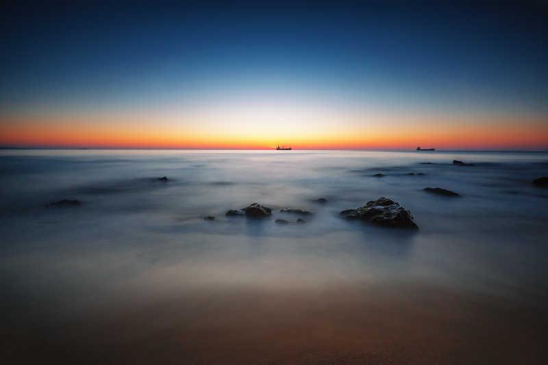 大海上美丽的日出和云海