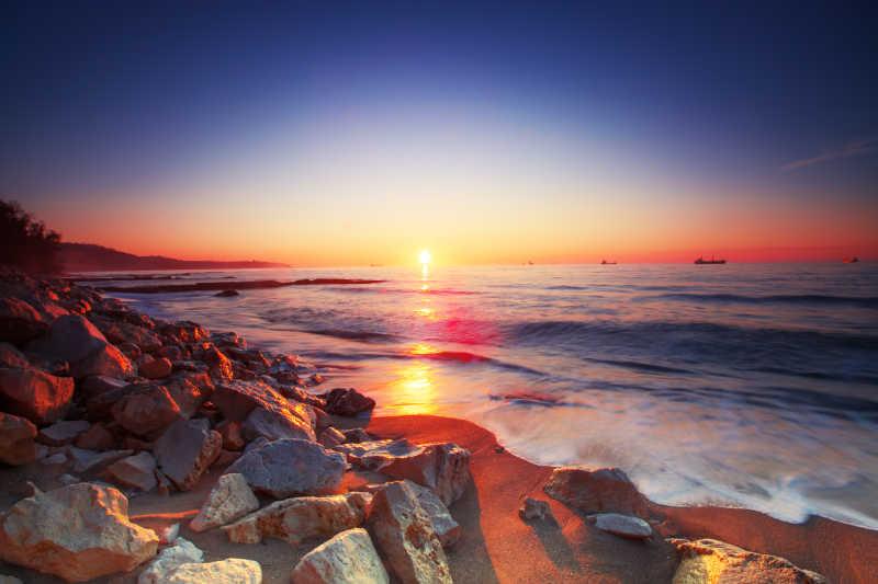 日出时美丽的大海和岩石海滩
