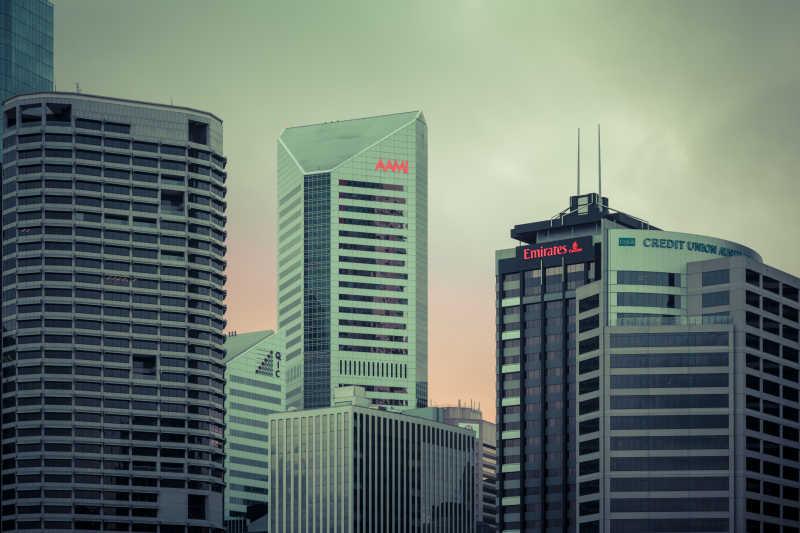 多云的现代城市景观