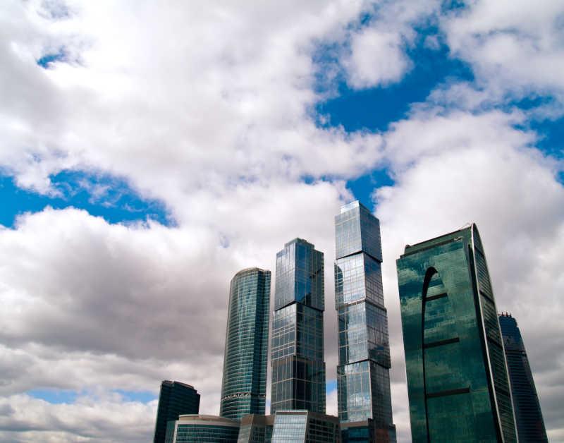 蓝天白云下的摩天大楼