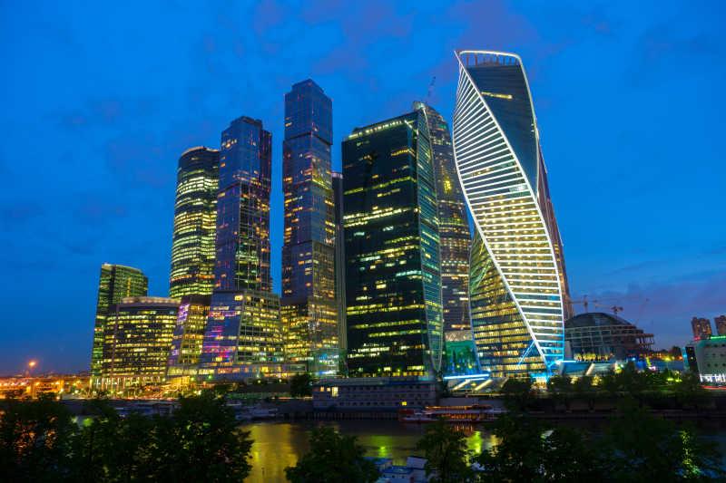 夜空下的莫斯科城市摩天大楼