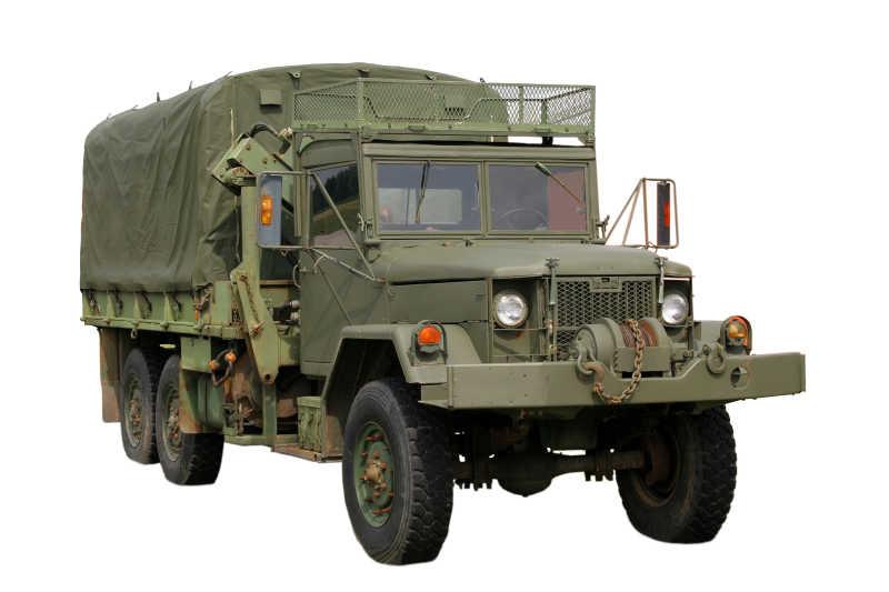 墨绿色的军用卡车