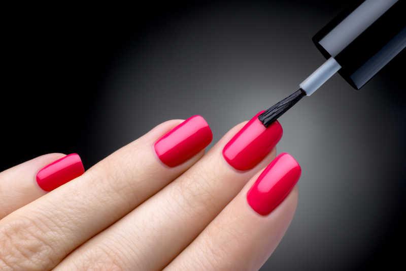给指甲涂上西瓜红色的指甲油
