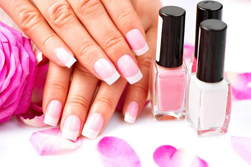 粉色指甲带法式白边