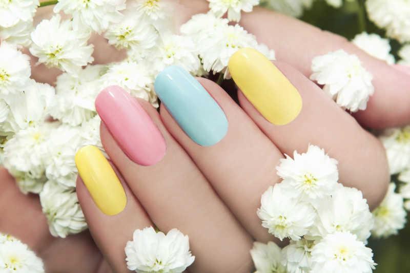 糖果色系的可爱的指甲