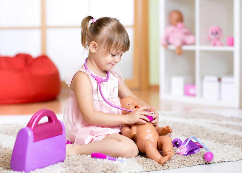 小女孩图片素材_儿童带着虚拟头盔玩电路照片_jpg格式