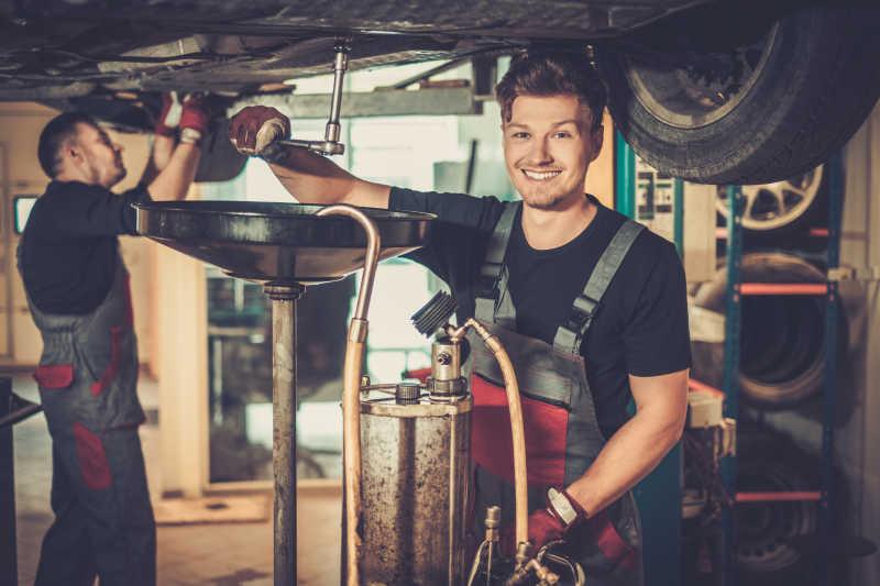 汽车修理工在更换发动机机油