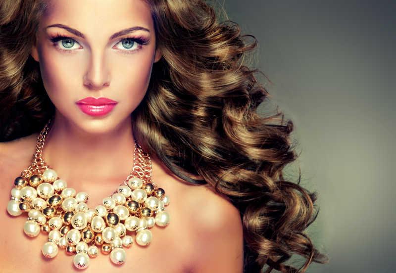 漂亮的黑发美女