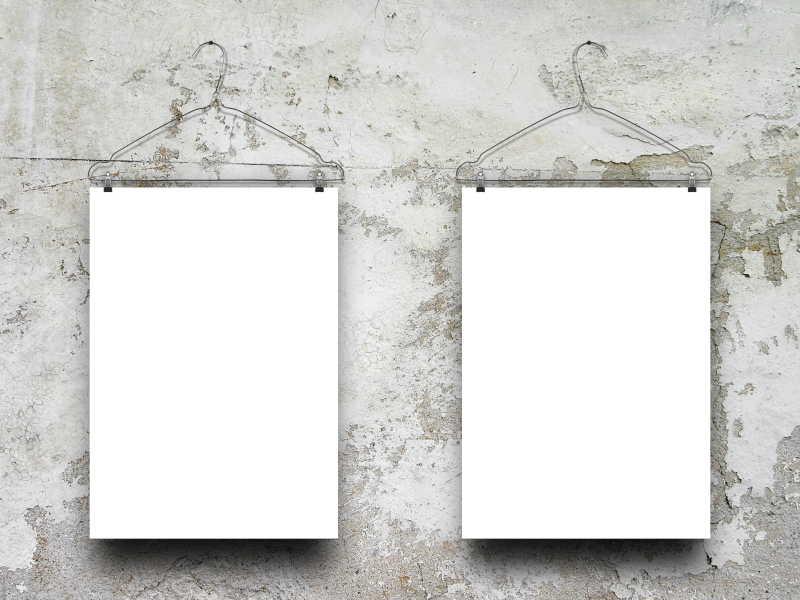 灰色风化混凝土墙背景下悬挂着的空白帧