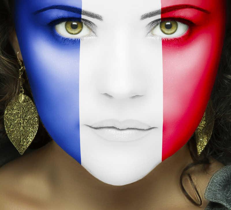 带着绿色眼睛的女人脸上的法国国旗