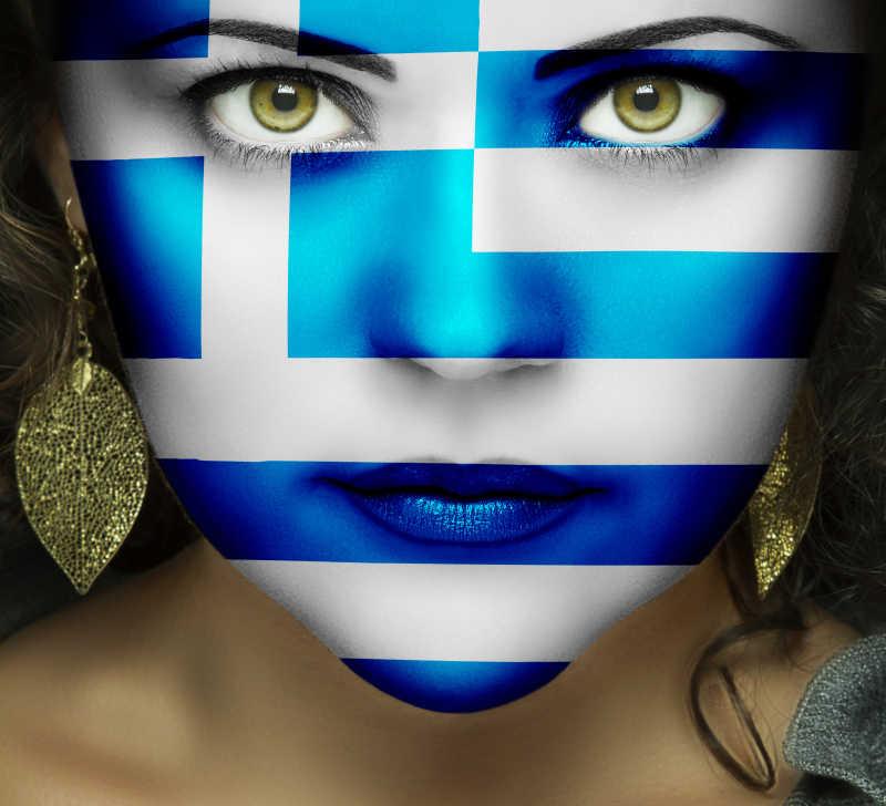 希腊国旗在绿眼睛的女人面前
