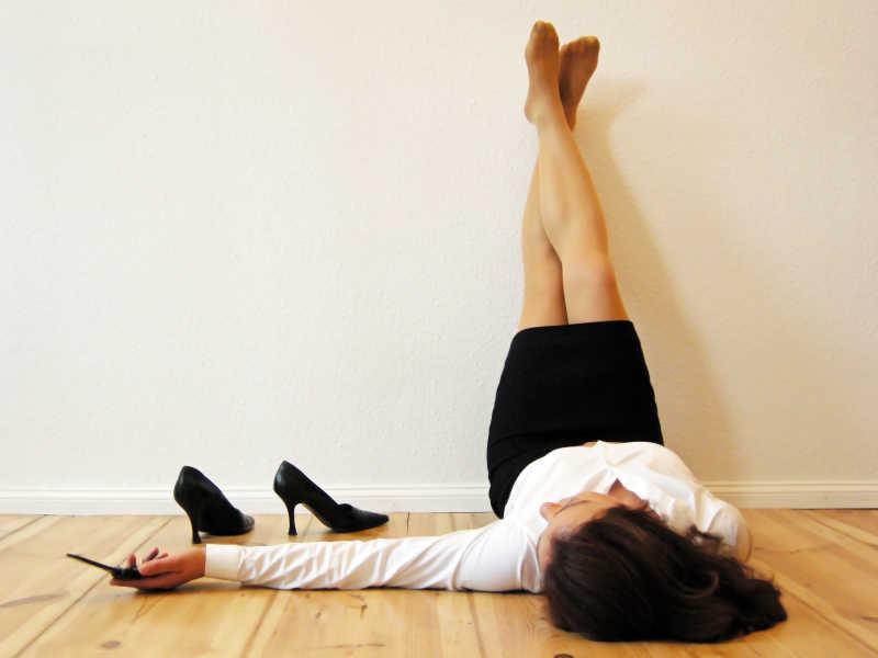 躺在木板上休息的女人