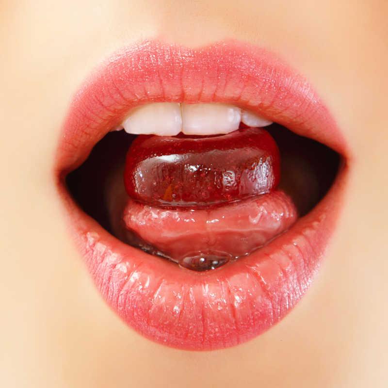 女人吮吸可爱糖果糖果紧闭嘴唇牙齿舌头