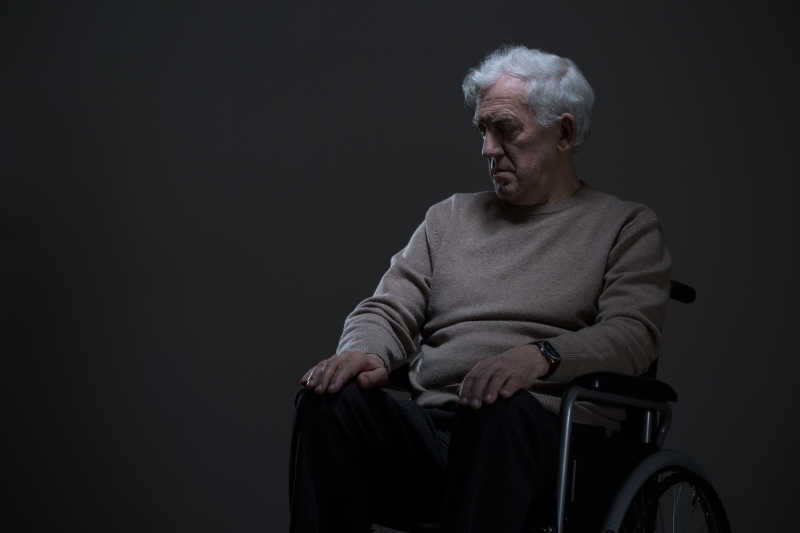坐着轮椅的老人图片 坐着轮椅的残疾老人素材 高清图片 摄影照片 寻图免费