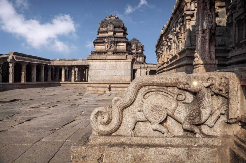 亨比寺庙建筑前的神话动物
