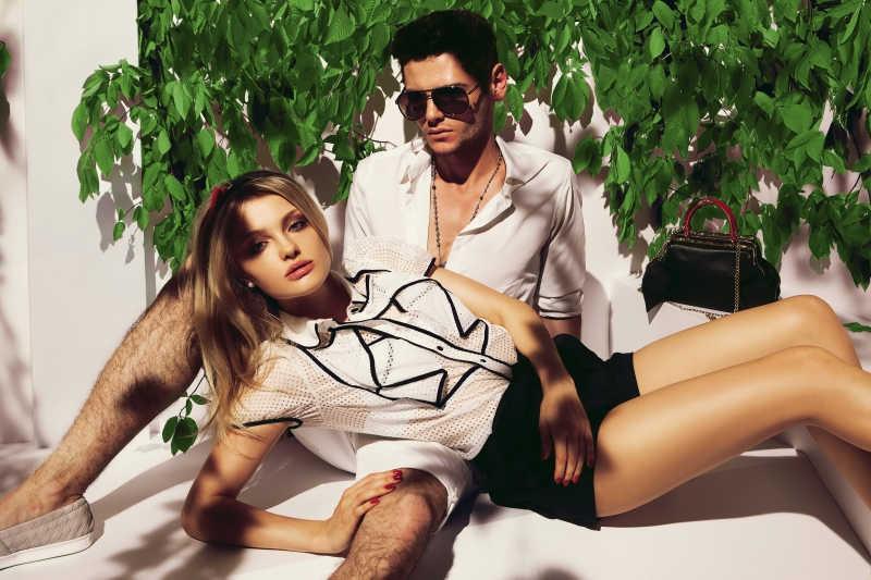性感情侣与花束图片素材_性感情侣躺在地板上的白色上